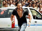 Saif Ali Khan halts Lucknow traffic