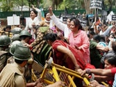 Delhi rape protests continue unabated, barricades breached at Manmohan's residence