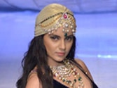 Kangna Ranaut sizzles at Delhi fashion do