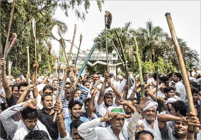 An armed mob raises slogans during the mahapanchayat