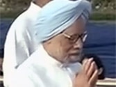 PM and Sonia sit far apart at Rajghat, Rahul doesn't turn up