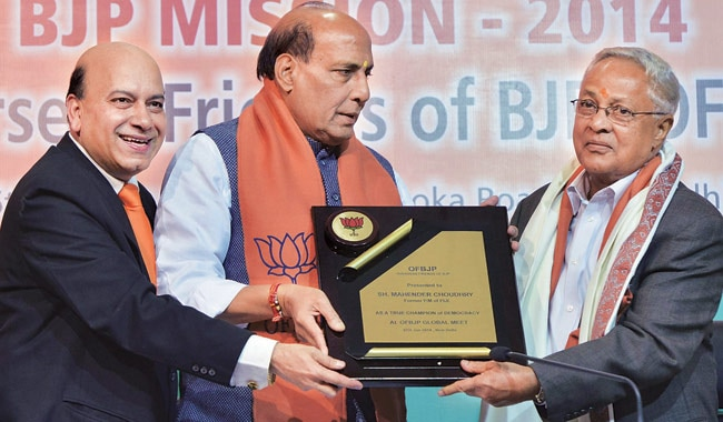 Fiji Prime Minister Mahender Choudhry (R) being felicitated