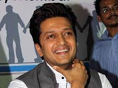 Who is Riteish Deshmukh playing hairstylist to in Humshakals?