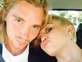 Miley Cyrus brings homeless man to accept her award at VMAs