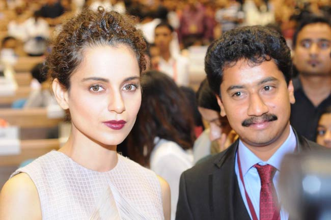 The Best Actress and Best Actor - Kangana and Vijay are at the Vigyan Bhavan to receive their National Film Awards. This photo was tweeted by the official Twitter handle of the Ministry of Information and Broadcasting