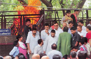 Rahul Gandhi, Arvind Kejriwal and Ravi Shankar Prasad attend Aaj Tak scribe Akshay Singh's cremation