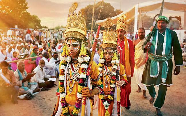 Bharat and Shatrughna walking to meet Ram in exile in Chitrakut