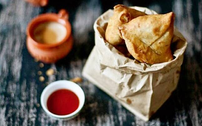 A samosa with your chai makes the world perfect! Photo courtesy: Instagram/anand_umang