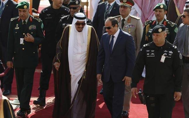 King Salman of Saudi Arabia and Egyptian President Abdel Fattah al-Sisi (R)