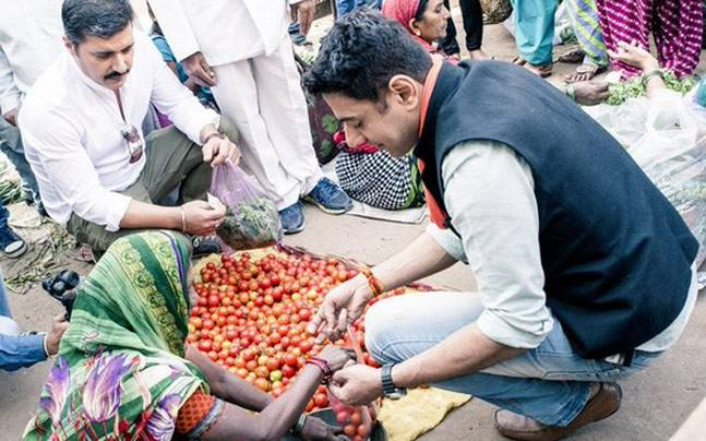 Ranveer Brar and Gautam Mehrishi buying tomatoes at a market during the shooting of Food Tripping. Photo courtesy: Twitter/Ranveer Brar