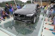 Unbreakable: After using sledgehammers, 2 tonne SUV runs on a glass bridge in China