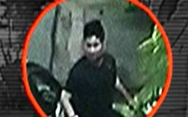 CCTV of a thief in action in Noida