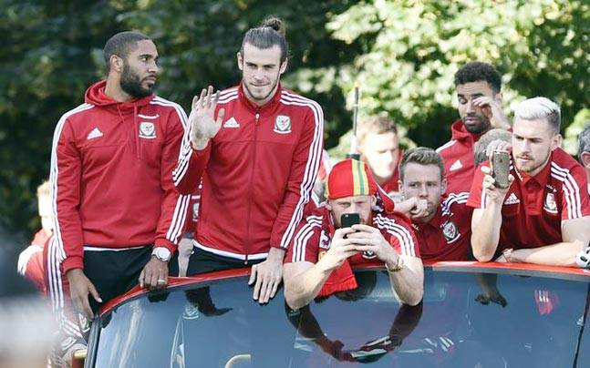 Wales' Ashley Williams, Gareth Bale, James Collins, Chris Gunter and Aaron Ramsey during the bus parade. (Reuters Photo)