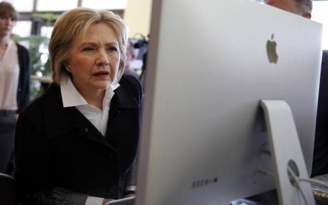 US Democratic presidential candidate Hillary Clinton looks at a computer screen during a campaign stop (Photo:Reuters)