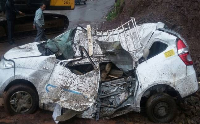 Vehicle was hit by the falling boulders near Solan, Himachal Pradesh.