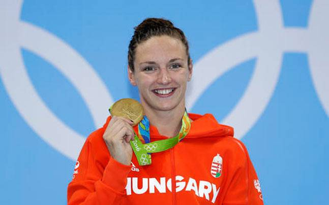 Hungary's Katinka Hosszu shows off her gold medal during the ceremony for the women's 400-meter individual medley final. (AP Photo)
