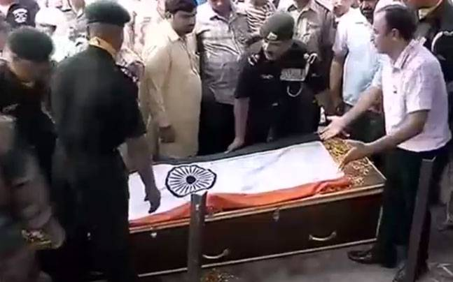 People paying their last respects to Nowgam martyr Havildar Madan Lal.