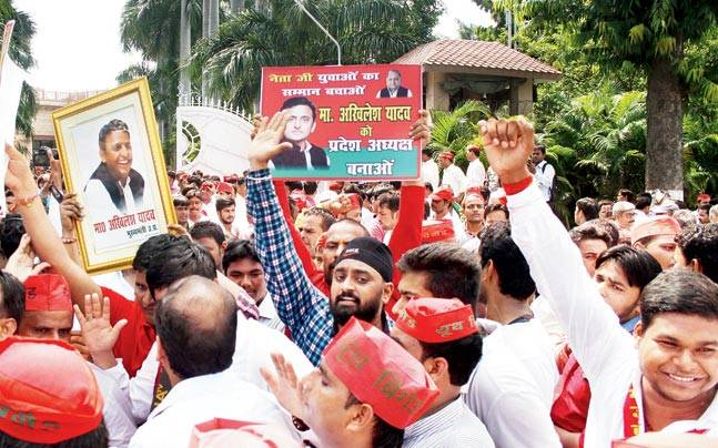 Thousands of supporters of Uttar Pradesh Chief Minister Akhilesh Yadav clashed with followers of his uncle Shivpal Yadav in Lucknow as they demanded that the CM be reinstated as party chief