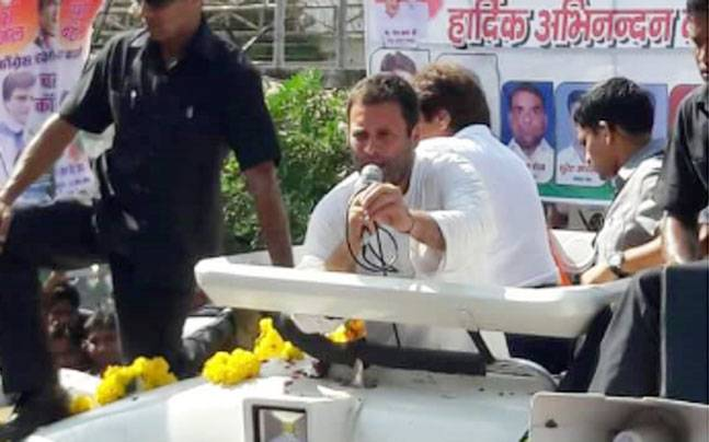 People came out in large numbers to show support for Rahul Gandhi's roadshow in Agra. Photo credit: Kamir.