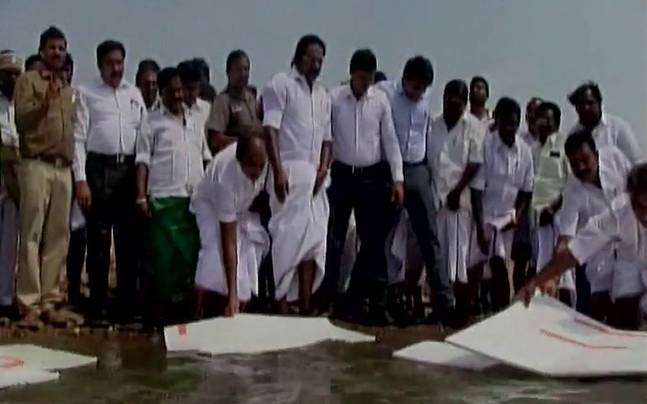 Fail: Tamil Nadu minister tries to cover dam with thermocol