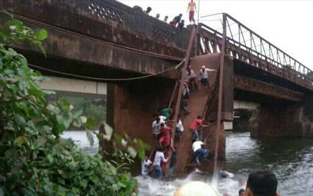 Sanvordem river bridge collapse