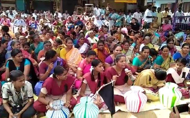 Villagers of Lakshmipuram, Theni protesting against O Panneerselvam