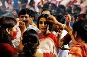 6 ways to deal with crowds while you're out pandal hopping or dancing the garba all night