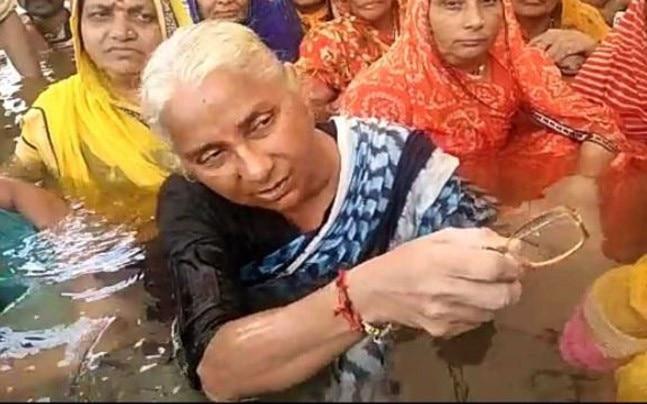 Medha Patkar holding a 'jal satyagrah'