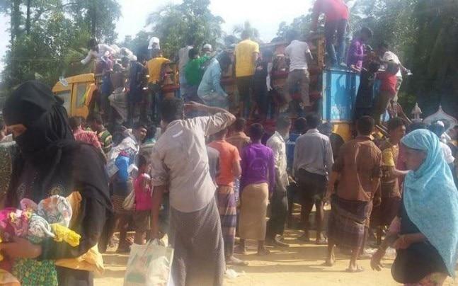 Rohingya refugees scramble for relief material. (Photo courtesy: Manogya Loiwal)
