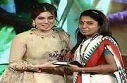Actor Bhumi Pednekar with a Swachhta hi Seva champion at Safaigiri 2017.