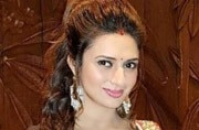 Divyanka Tripathi's Indian attire will make you feel Durga Puja never ended