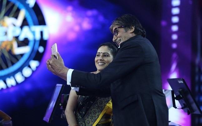 Amitabh Bachchan takes a selfie with Anamika Majumdar.