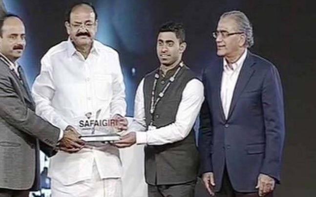 Venkaiah Naidu with a Safaigiri Award winner.