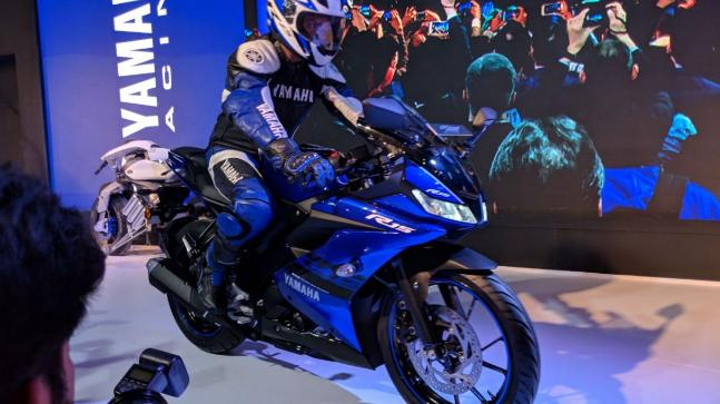 The R15 gets an all-new 155.1cc single cylinder, liquid cooled fuel injected VVA engine, mated to a 6-speed gearbox.