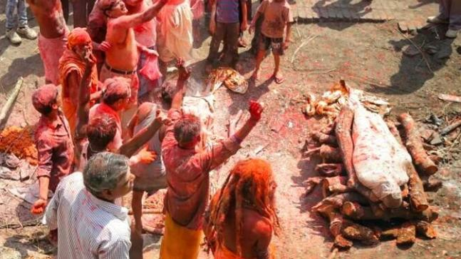 People playing Holi with pyre ashes