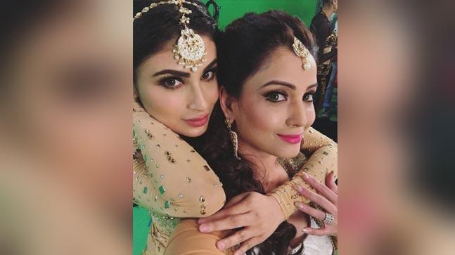 What are Mouni Roy and Adaa Khan doing on the sets of Naagin