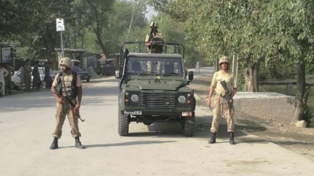 Pakistan tribesmen rally towards safety forces in Peshawar