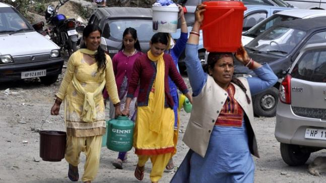 Shimla locals have to stand in long queues to get clean water as the water crisis worsens (Img: Getty)