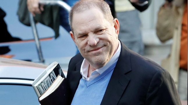 Harvey Weinstein surrenders to the New York police station.