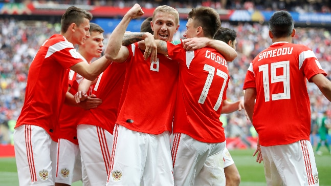 Yury Gazinsky celebrates with his Russian teammates (Reuters Photo)