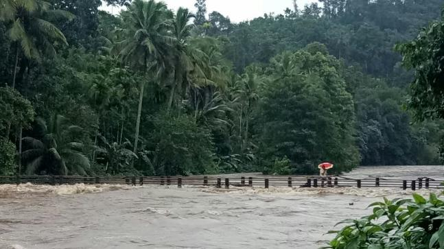 rains wreak havoc in kerala with more than 34 000 people marooned