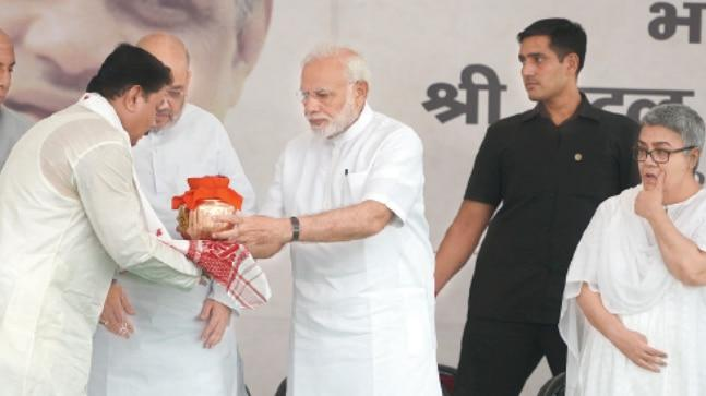 PM Modi hands over an urn to Karnataka BJP president for immersion in his state as national BJP chief Amit Shah and Vajpayee's daughter Namita look on. (Photo: Pankaj Nangia)