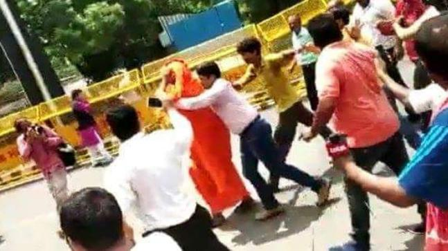 Swami Agnivesh assaulted
