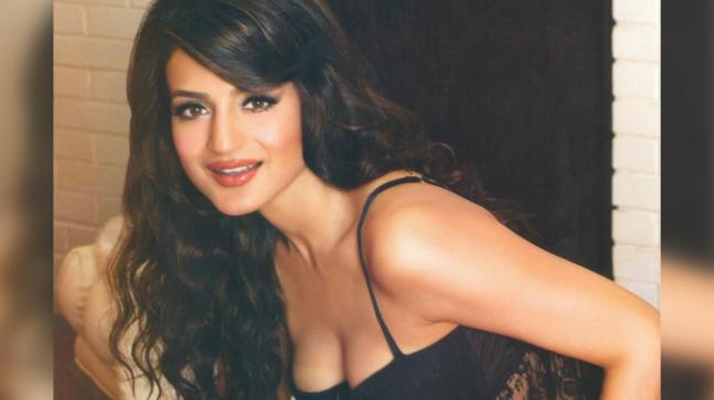 Ameesha Papael Ka Saxy Nangi Photo: Ameesha Patel Posts Hot Photo, Gets Called 'aunty' By