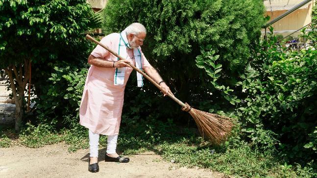 Modi takes up broom to clean school in Delhi, launches Swachhata Hi Seva movement