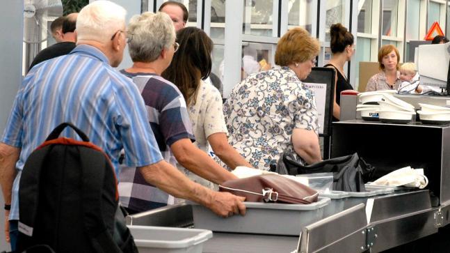 Wadah atau baki pada bagian pemeriksaan keamanan di bandara.