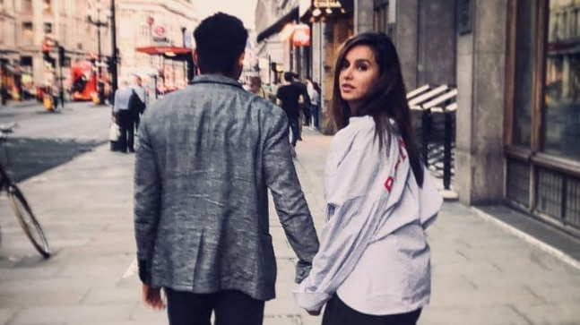 Farhan Akhtar walks hand-in-hand with Shibani Dandekar? See pic