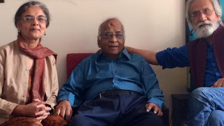 Historian Mushirul Hasan (centre) Photo courtesy: Twitter/S lrfan Habib.