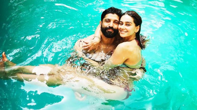 Love In The Pool: Farhan Akhtar and Shibani Dandekar Seal It