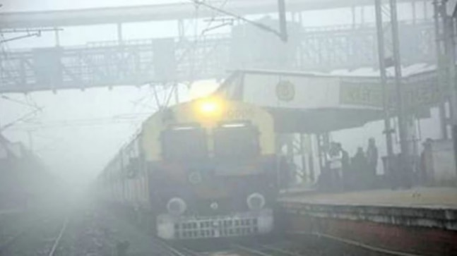 Fog affects trains and air traffic again, 29 flights delayed at Delhi Airport